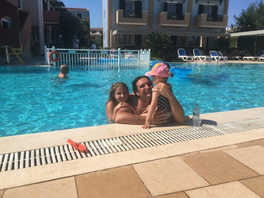 K. Kněžíková a A. Plachetka s dcerou Adélkou na dovolené v zátoce Laganas na řeckém na ostrově Zakynthos 2017