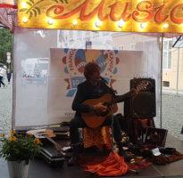 francouzský-trh-hudební-vystoupení