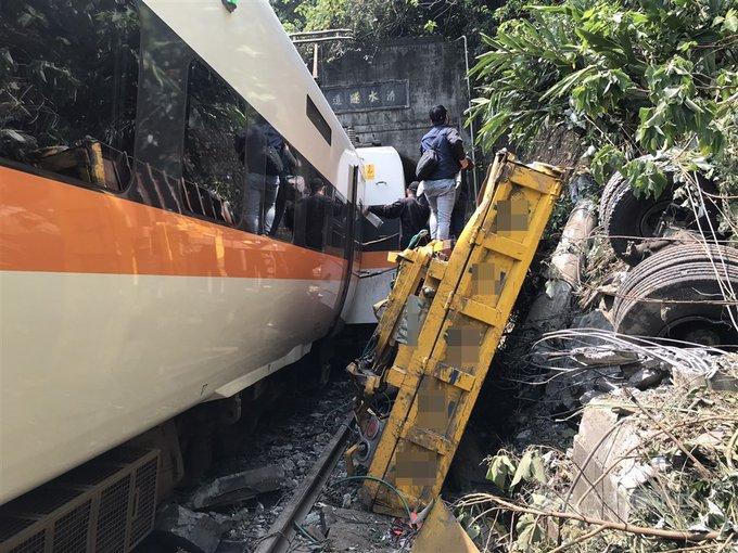Vrak nákladního vozu, který narazil do vlaku, zobrazuje železnice. Foto CNA 2. dubna 2021 Ikona